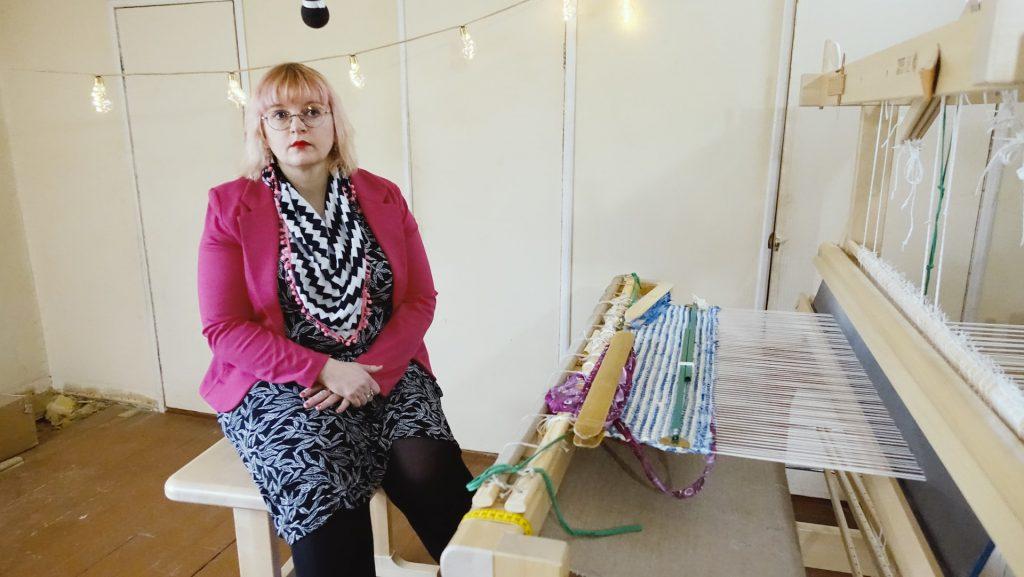 Lapinjärven kunnanjohtaja Tiina Heikka istuu kangaspuiden äärellä.