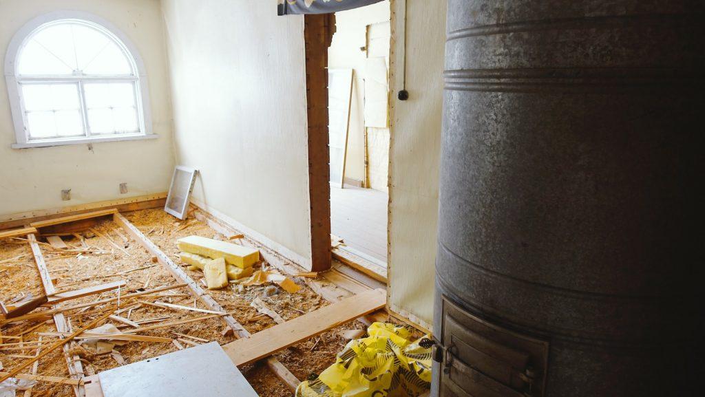 Lapinjärven vanhan maamieskoulun yläkerran remontissa on avattu vanha puulattia.
