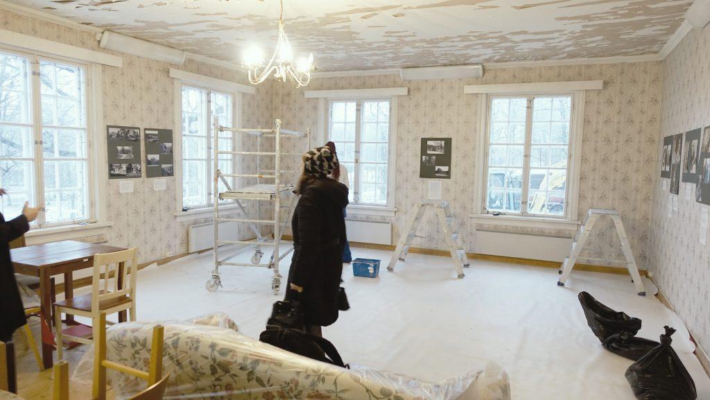 Annalan huvilan sali kattoremontin aikana. Salin huonekaulut on siirretty syrjään tikkaiden ja rakennustelineiden tieltä.